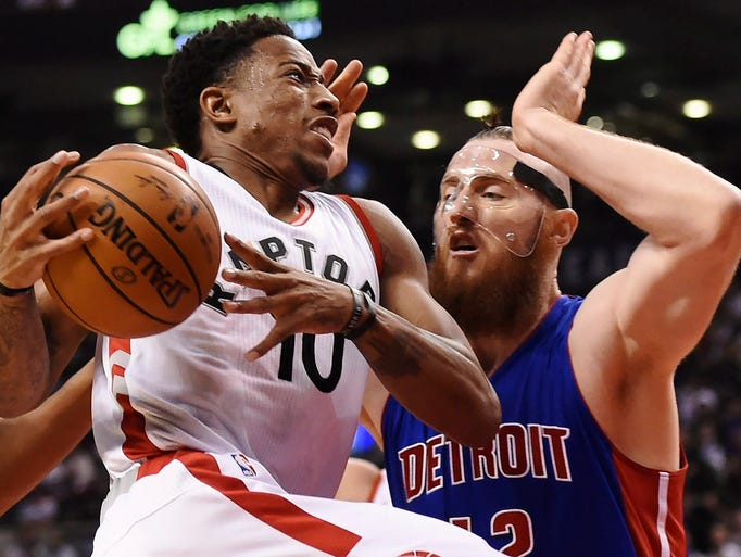 Toronto Raptors guard DeMar DeRozan (10) drives past