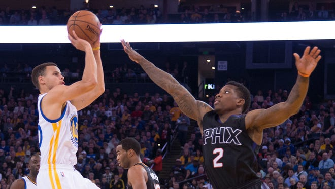 December 16, 2015; Oakland, Calif.; Golden State Warriors guard Stephen Curry (30) shoots against Phoenix Suns guard Eric Bledsoe (2) during the second quarter at Oracle Arena.