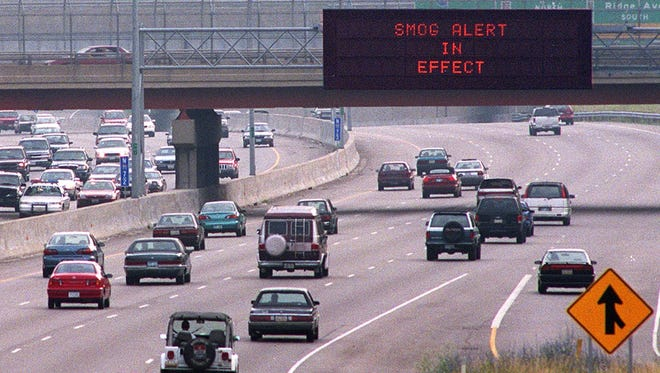 Text: 1999.0607.11.1 SMOG-METRO: An Artimis sign on Northbound I-71 approaching the Norwood Lateral warns motorists of a smog alert in 1999.