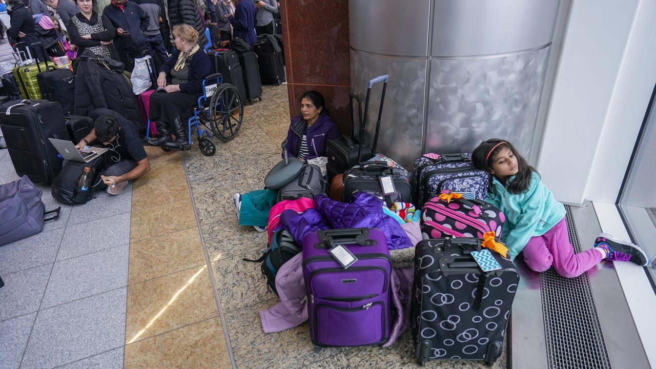 Atlanta airport power back on, passengers angry