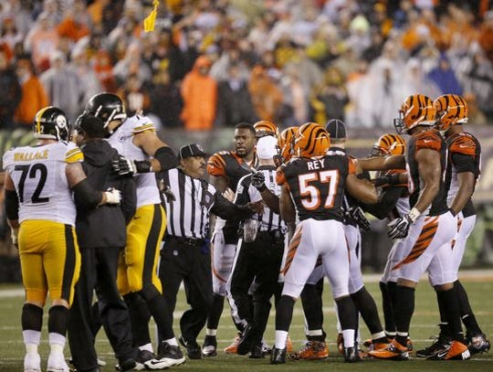 Official Buddy Horton, center, flags Bengals corner