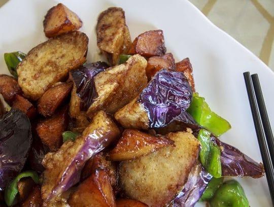 Berenjena con patatas y jalapeño en Chou's Kitchen.