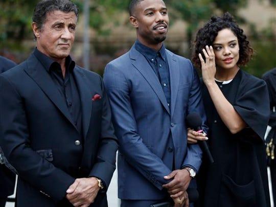 """En esta foto del 6 de noviembre del 2015, Sylvester Stallone, Michael B. Jordan y Tessa Thompson, de izquierda a derecha, previo a una conferencia de prensa para promocionar su nuevo filme, """"Creed"""", afuera del Museo de Arte de Filadelfia, en Filadelfia."""