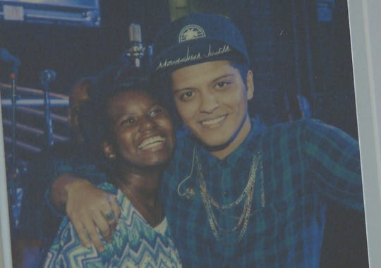 """bruno mars essay The music video starts on with the actress nathalie kelley listening to """"just the way you are"""" on her music player bruno mars stops the music player and get the."""