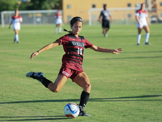 Aileen Galicia and the New Mexico State soccer team