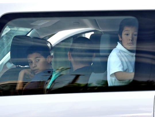 Niños miran a través de la ventana de la camioneta