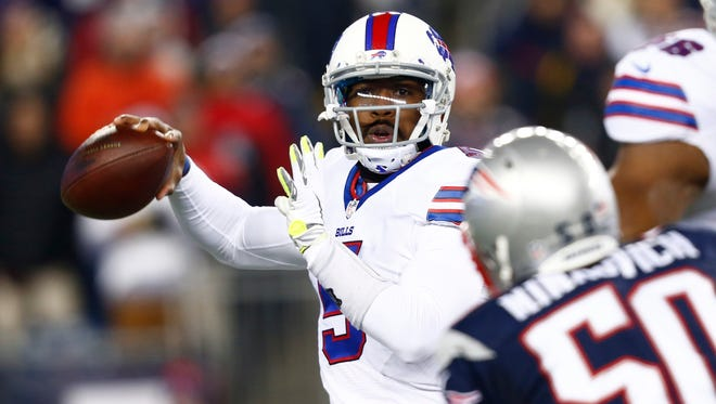 Tyrod Taylor (5) throws a pass against the New England Patriots on Monday night.