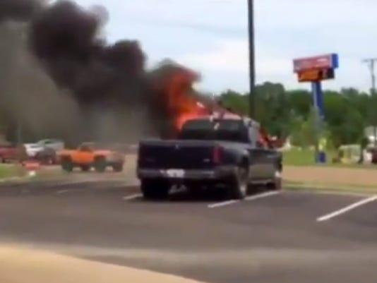 635654893615023410-Truck-fire-2