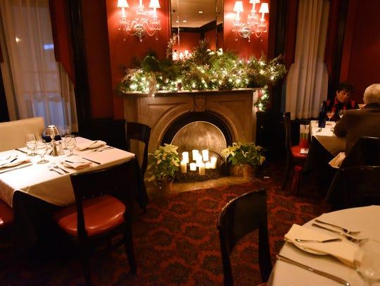 .Ho Ho Kus Inn: Guests enjoying one of the six fireplaces
