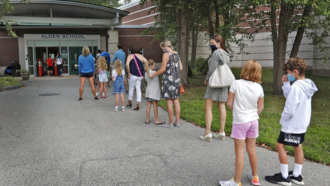Students and parents line up to tour the Alden School in Duxbury on Tuesday September 8, 2020. Greg Derr/ The Patriot Ledger