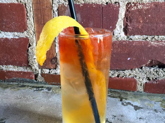 The long lemon peel resembles a Horse's Neck, hence the name of this cocktail.