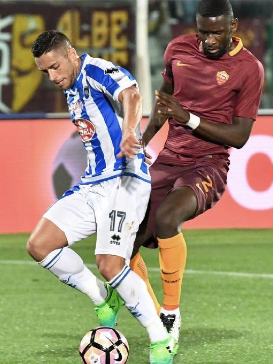 Pescara's Gianluca Caperai and Roma's Antonio Rédiger, right, vie for the ball during the Italian Serie A soccer match between Pescara and Roma at the Giovanni Cornacchia stadium in Pescara, Italy, Monday, April  24, 2017. (Claudio Lattanzio/ANSA via AP)