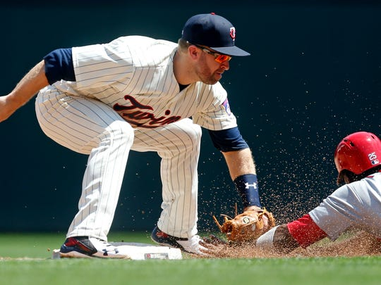 Minnesota Twins' second baseman Brian Dozier tags out