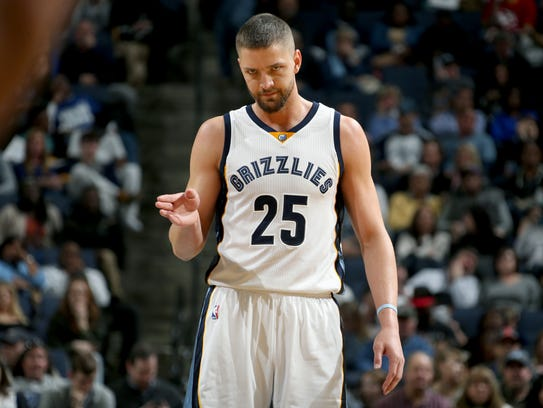 Memphis Grizzlies Chandler Parsons signals to a teammate