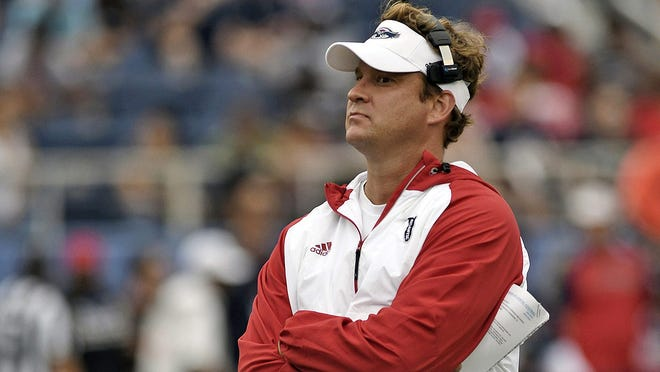 Florida Atlantic coach Lane Kiffin has hired Charlie Weis Jr. as his new offensive coordinator.