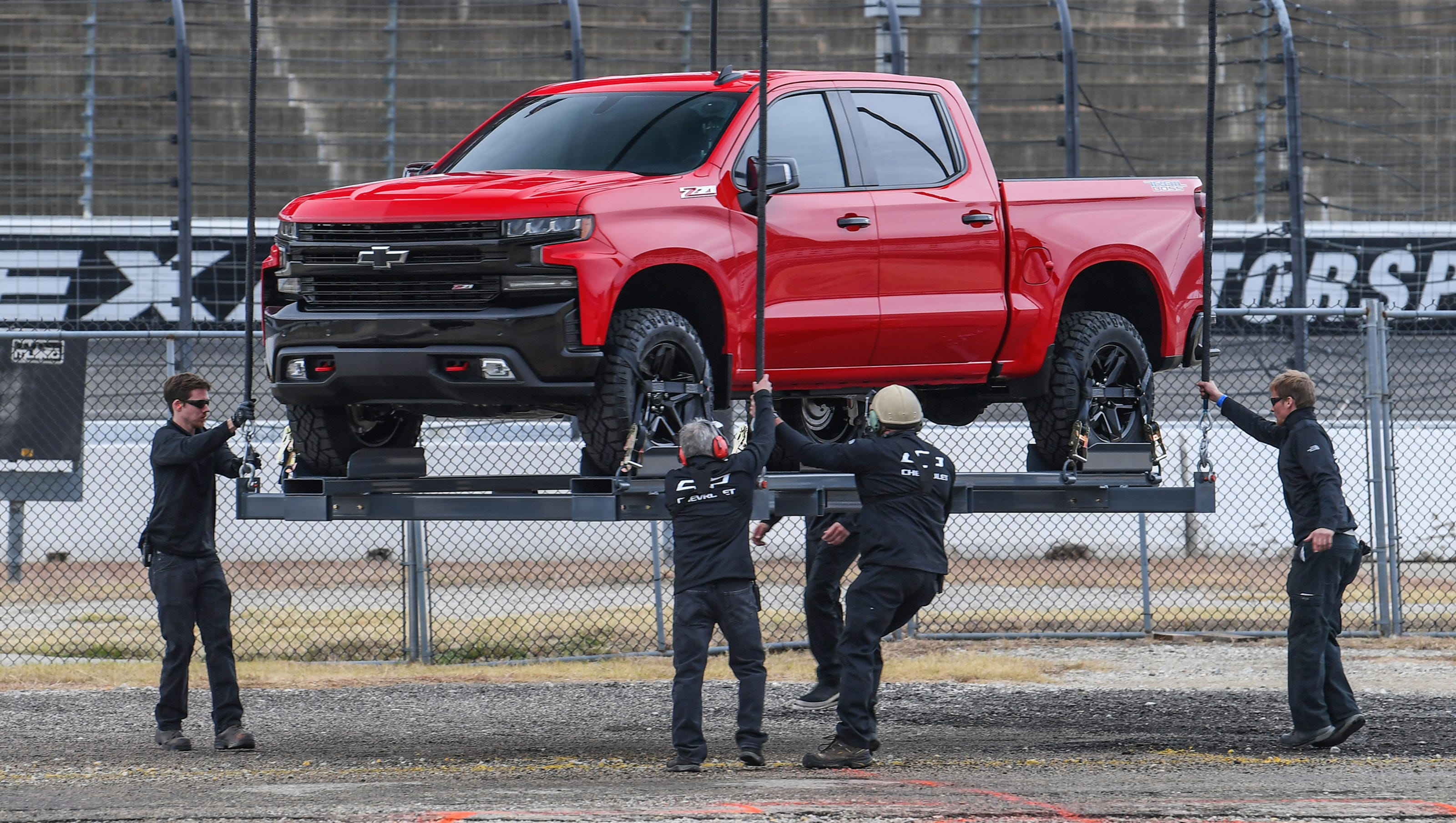 First Look 2019 Chevy Silverado Uses Steel Bed To Tackle F 150