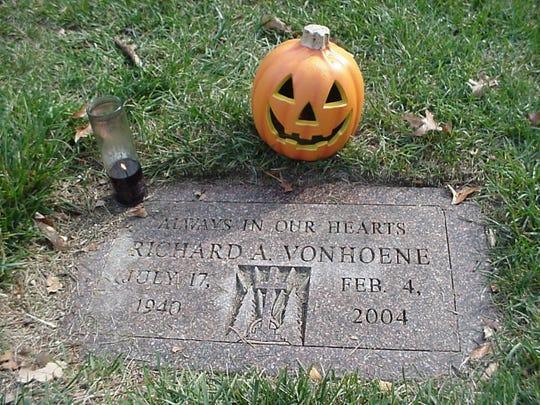 Richard Von Hoene, grave marker