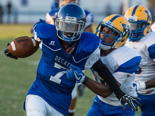 Decatur's Hayden Frazier (7) carries the ball during a game against Wi-Hi on Friday, Sept. 8, 2017.