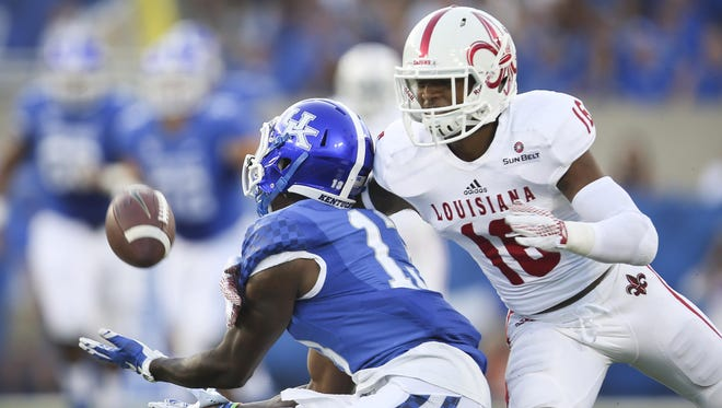 UL safety Travis Crawford (in white), shown here breaking up a pass intended for Kentucky's Jeff Badet last season, should return from an injury before the Cajuns visit Texas State.