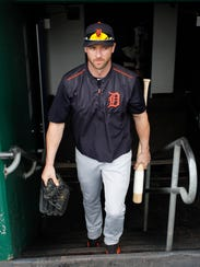 Tigers rightfielder Andrew Romine (17) enters the dugout