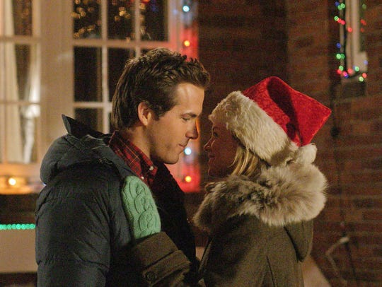 Ryan Reynolds, left, and Amy Smart enjoy a moment together