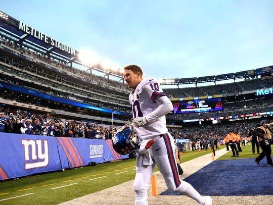 New York Giants quarterback Eli Manning (10) leaves