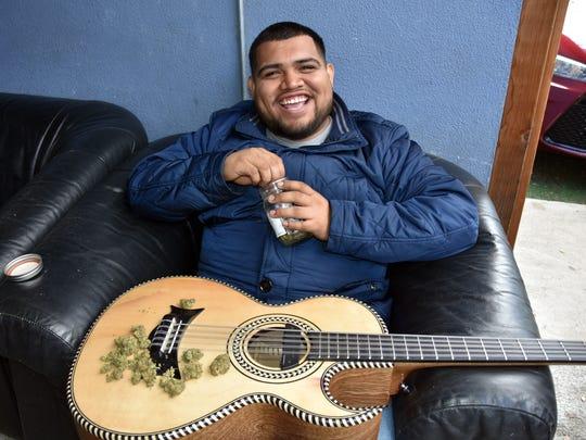 El vocalista del grupo musical Legado 7, Alex Guerra, posa con una guitarra y marihuana durante una entrevista realizada el 17 de marzo de 2018 en California.