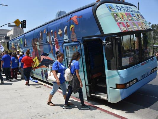 Sale de Los Ángeles bus que pedirá por varios estados apoyo definitivo al TPS