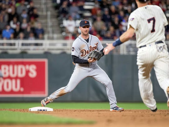 Tigers shortstop Andrew Romine (17) forces out Twins