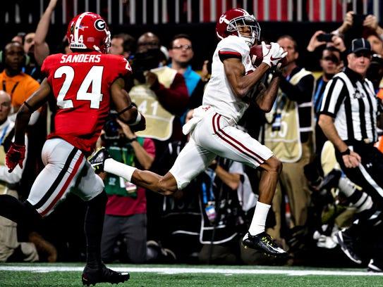 Alabama wide receiver DeVonta Smith (6) catch game