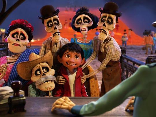 """""""Coco"""", que exalta la celebración del Día de Muertos,"""