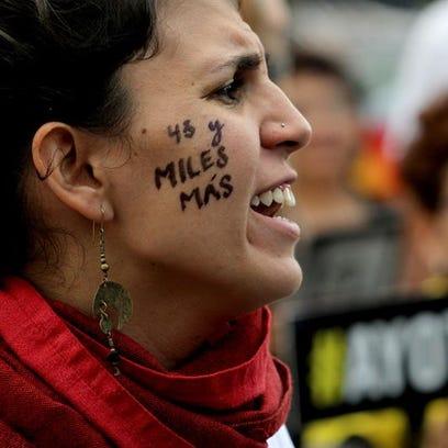 """Cientos de personas protestan, lunes 26 de septiembre de 2016, en la ciudad mexicana de Guadalajara, en el marco del segundo aniversario de la desaparición de los 43 estudiantes de Ayotzinapa. El presidente de México, Enrique Peña Nieto, reiteró su compromiso de """"llegar hasta las últimas consecuencias en la investigación"""" de la desaparición de los 43 jóvenes y llevar ante la justicia a los responsables."""