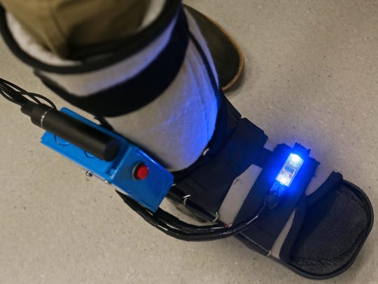The SmartBoot works by measuring overloading to limbs after surgery, by walking too soon or putting weight on their foot/leg. The colors red, green and blue are used to tell if a patient is using the correct amount of weight on the injury.