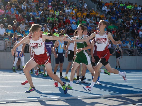 Members of the Lisbon 4x800 relay team exchange at