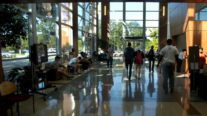 A new study ranks South Louisiana Community College No. 658 in the country among community colleges. Students arrive on campus at SLCC in 2009.