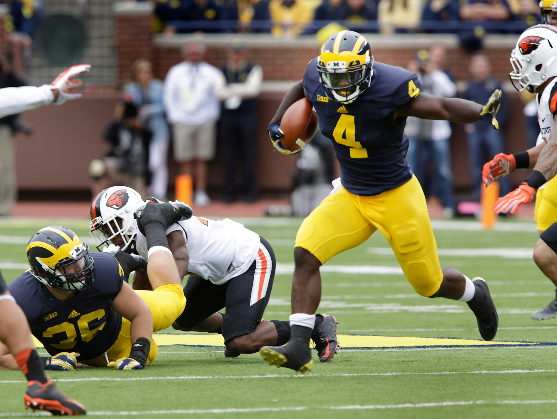 Michigan 's De'Veon Smith runs for yardage during 1st half action between Michigan and Oregon State on Saturday, Sept. 12, 2015 in Ann Arbor.
