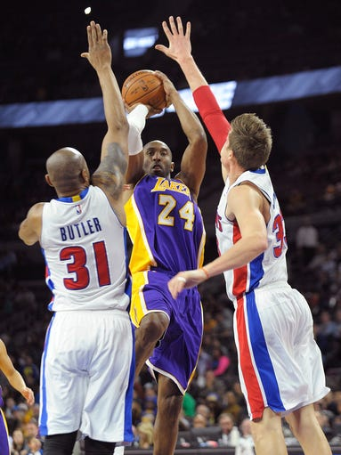 Kobe Bryant shoots over the Pistons forwards Caron
