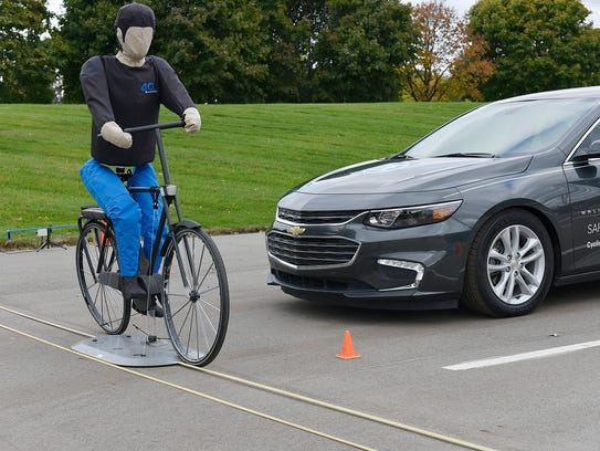 The test vehicle senses the cyclist moving into the