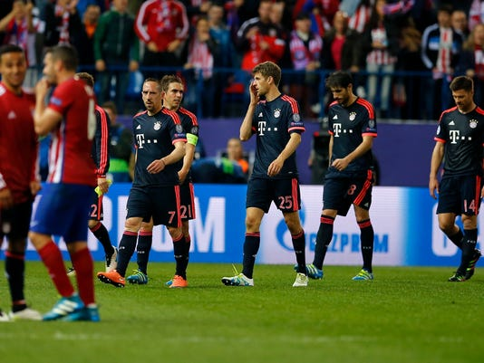 Bayern's Franck Ribery, from left, Philipp Lahm, Thomas Mueller, Javi Martinez and Xabi Alonso leave the pitch after the Champions League 1st leg semifinal soccer match between Atletico Madrid and Bayern Munich at the Vicente Calderon stadium in Madrid, Spain, Wednesday, April 27, 2016. (AP Photo/Paul White)
