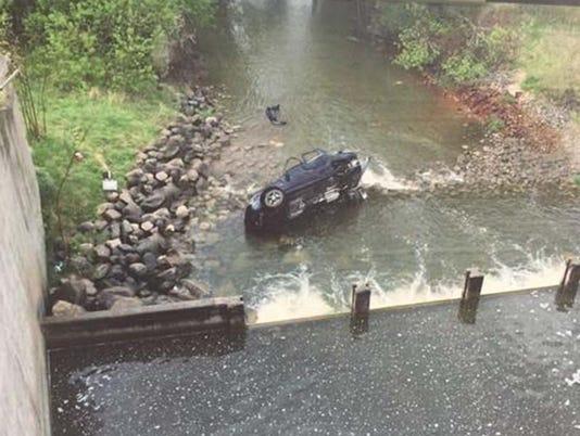 635725676331698492-car-in-water