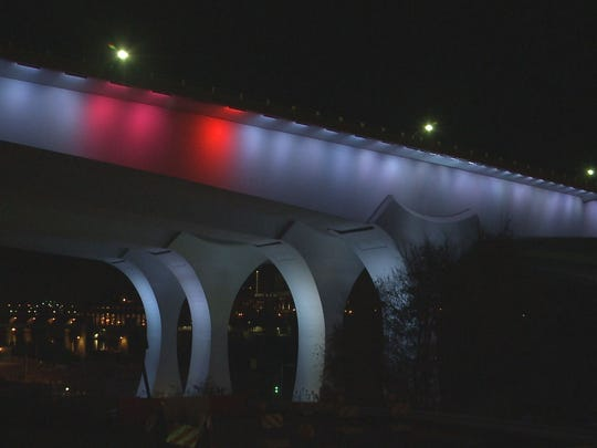 I 35w bridge lit in french national colors for Lit national