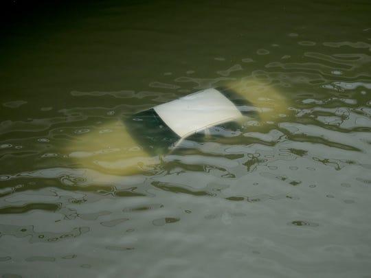 Casas y autos han quedado sepultados en el agua.