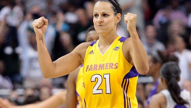 Nesta foto tirada a 12 de Agosto de 2011, a portuguesa Ticha Penicheiro (21), da equipa Los Angeles Sparks, celebra após a derrota sobre  a equipa Phoenix Mercury, durante um jogo de basquetebol da WNBA realizado em Los Angeles.