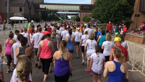 Crowds of runners and walkers head toward the starting