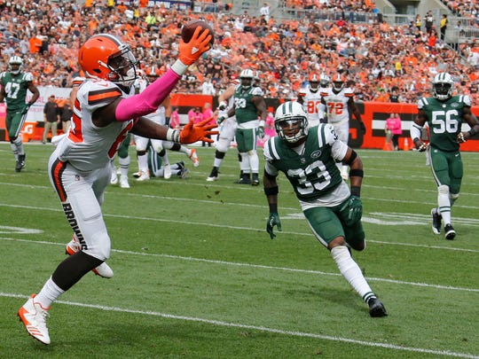 Cleveland Browns tight end David Njoku (85) catches a 21-yard pass from quarterback Kevin Hogan as New York Jets strong safety Jamal Adams (33) watches during the second half of an NFL football game, Sunday, Oct. 8, 2017, in Cleveland. (AP Photo/Ron Schwane)