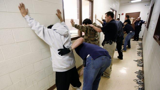 """De las 143.470 detenciones que ICE realizó en el año fiscal 2017, el 73,7 % fueron inmigrantes """"criminales"""" y el 15,5 % fueron """"extranjeros con cargos penales pendientes""""."""