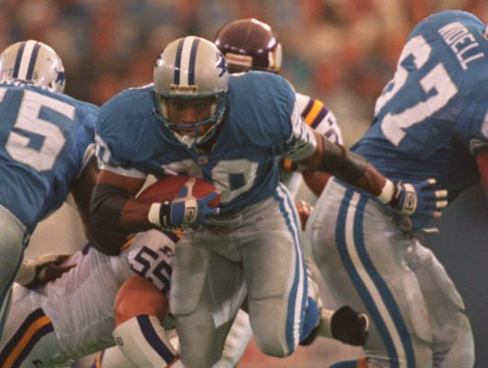 Detroit Lions running back Barry Sanders busts through