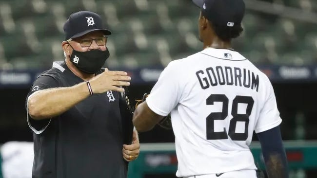 Tigers manager Ron Gardenhire (left) congratulates Niko Goodrum after Detroit beat the Cubs on Wednesday.