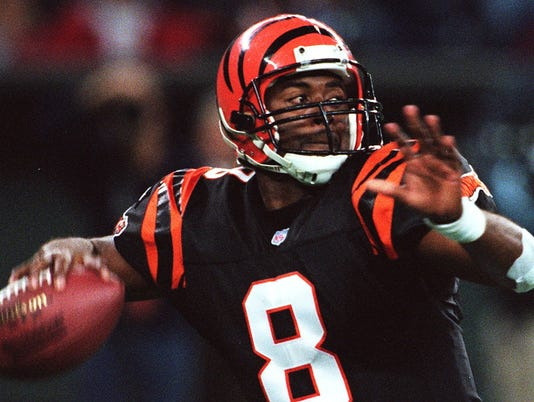 Text: 1999.1121.06.01 BENGALS Jeff Blake provided the spark for the Bengals offense by opening up the passing game, an aspect of the Bengals offense missing thusfar. The Bengals lost to the Baltimore Ravens 34-31 on a last second field goal. Cincinnati Enquirer/Michael E. Keating mek