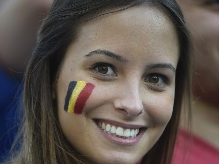 Como modelo de revista luce esta aficionada belga que iluminó con su gran sonrisa todo el Maracaná.